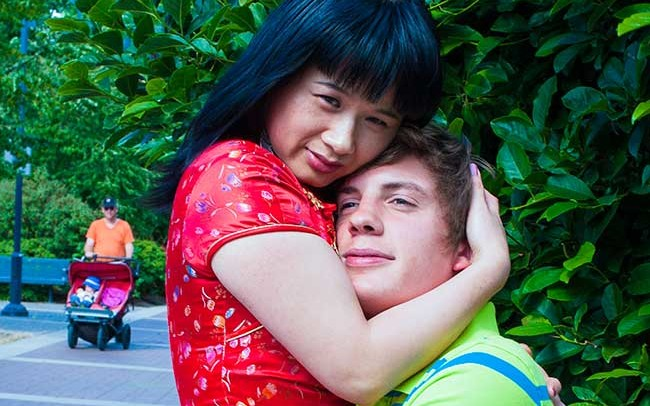 Chun Hua Catherine Dong asks strangers on streets to be her husbands for a minute. They took a picture together, she and her one-minute husband are like a real couple and lover